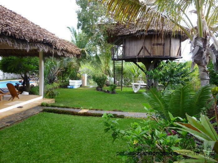 Villa,bungalow,cabane dans les arbres,les pieds dans l'eau,à Nosy be,Madagascar.